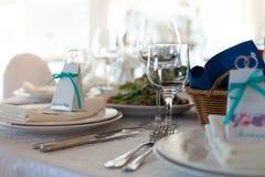 Eleganztabelle gründete für die Heirat im Restaurant Lizenzfreie Stockfotografie