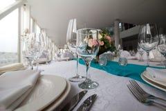 Eleganztabelle gründete für die Heirat im Restaurant Lizenzfreies Stockbild