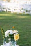 Eleganztabelle gründete weißes, grünes und gelbes Blumenthema stockbild