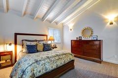 Elegeant sovrum med gråa väggar och den härliga dekoren royaltyfri fotografi