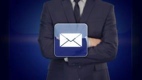 Elegir el icono del correo electrónico en interfaz virtual Concepto de la tecnología y de Internet ilustración del vector