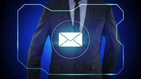Elegir el icono del correo electrónico en interfaz virtual Concepto de la tecnología y de Internet libre illustration