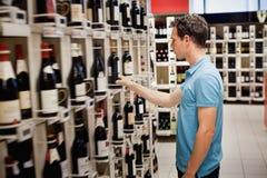 Elegir el vino imagen de archivo libre de regalías