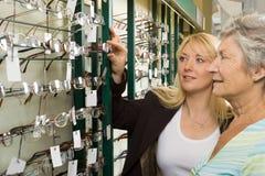 Elegir los vidrios en el óptico Fotografía de archivo libre de regalías
