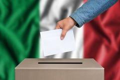 Eleição em Itália - votando na urna de voto fotografia de stock