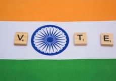Eleição indiana, letras de madeira na exibição indiana da bandeira do conceito de votação foto de stock