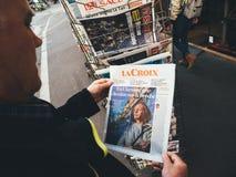 Eleições da imprensa do quiosque de jornal da imprensa da compra do homem superior em Ucrânia imagem de stock royalty free