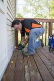 Elektricien die buitenafzet op terrasdek testen Royalty-vrije Stock Fotografie