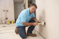 Elektricien die de Contactdoos van de Muur installeert Royalty-vrije Stock Fotografie