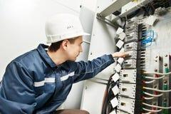 Elektricien die de doos van de machtslijn inschakelt Royalty-vrije Stock Foto
