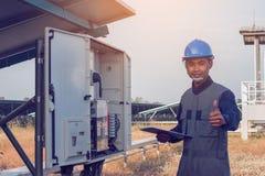 Elektricien die duimen voor grote prestatiesenergie tonen bij zo stock foto