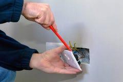 Elektricien die een contactdoos installeert Stock Foto's