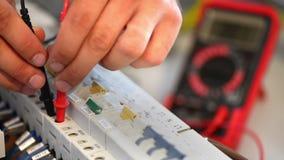 Elektricien die een elektrisch slim paneel testen