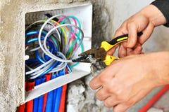 Elektricien die een schakelaarcontactdoos installeren Royalty-vrije Stock Foto's