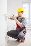 Elektricien die met draden werkt Stock Afbeelding