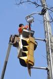 Elektricien die verkeerslicht herstelt Royalty-vrije Stock Fotografie