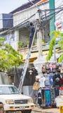 Elektricien die zich op ladder bevinden stock afbeeldingen