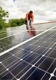 Elektricien die zonnepanelen controleert Stock Foto