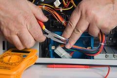 Elektricien op het werk stock afbeeldingen