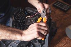 Elektricien scherpe kabel met snijders stock fotografie