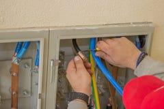 Elektricien verbindende draden in het elektrokabinet royalty-vrije stock foto