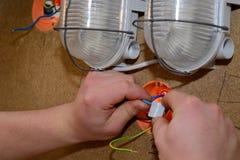 Elektricien voor elektrische installatie Stock Afbeeldingen