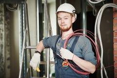 Elektricienarbeider met bedrading stock afbeeldingen