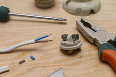 Elektricienhulpmiddelen, kabel, en ceramische patroon voor gloeilampen Stock Afbeeldingen