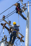Elektriciens die aan de elektriciteitspool werken royalty-vrije stock fotografie