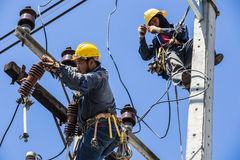 Elektriciens die samenwerken stock fotografie