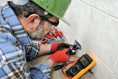 Elektricientechnicus die veilig aan een woon elektrosysteem werken royalty-vrije stock afbeelding