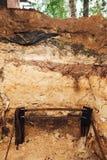 Elektriciteit die instalaltion, het ondergrondse deel van het metaalkader aan de grond zetten Stock Afbeeldingen