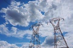 Elektriciteitskrachtcentrale bij een zonsondergang Steun met hoog voltage wolken in de hemel - het gevaar van de schaalelektrisch royalty-vrije stock foto