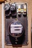 Elektriciteitsmeter op de muur royalty-vrije stock afbeeldingen