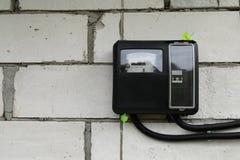 Elektriciteitsmeter voor gebruiks openluchttoestel, moderne technologie om de de elektrische energieconsumptie van het huis te co royalty-vrije stock foto's