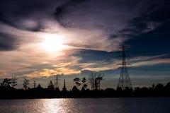 Elektriciteitspijlers tegen wolkenonweer Royalty-vrije Stock Fotografie