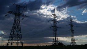 Elektriciteitspylonen en de onweerswolken stock afbeeldingen