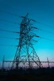 Elektriciteitspylonen en zon Stock Foto's