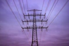 Elektriciteitspyloon in de avond Stock Foto's