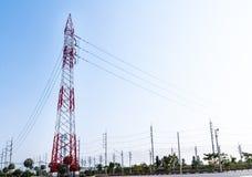 Elektriciteitspyloon in industrieel landgoed voor leverings hoge elektrisch Stock Afbeeldingen