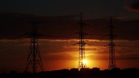 Elektriciteitspyloon met stormachtige hemel stock video