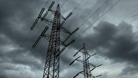 Elektriciteitspyloon met stormachtige hemel stock footage