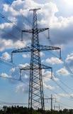 Elektriciteitspyloon tegen blauwe hemelachtergrond die wordt gesilhouetteerd De toren van de hoogspanning royalty-vrije stock afbeelding