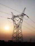 Elektriciteitspyloon in zonsondergang royalty-vrije stock foto