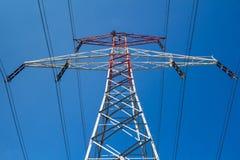 Elektriciteitstoren en een blauwe hemel Stock Foto's