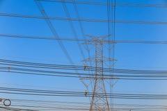 Elektriciteitstoren en elektrische lijn, machtslijn op blauwe hemelachtergrond Royalty-vrije Stock Foto's