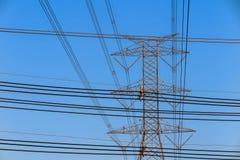 Elektriciteitstoren en elektrische lijn, machtslijn op blauwe hemelachtergrond Royalty-vrije Stock Afbeeldingen