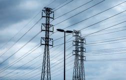 elektriciteitstorens in bewolkt weer Stock Fotografie