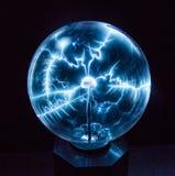 Elektricitet i en plasmaboll Arkivfoton