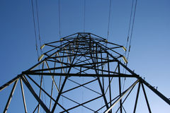 elektricitet som ser upp pylonen Arkivbilder